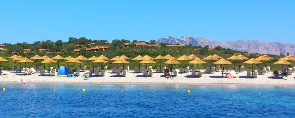 baia salinedda Plage réservée avec chaise-longue et parasols gratuits